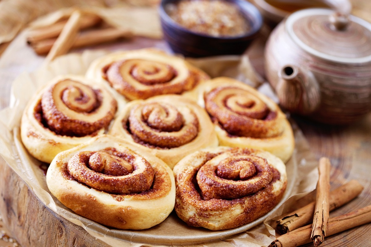 Vegan Cinnamon Buns Recipe with Maple Icing - a family-style batch made for sharing! #vegan #nutfree #cinnamonbuns