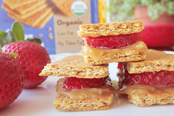 "Dairy-Free ""Cheesecake"" Grahamwiches with Strawberries"