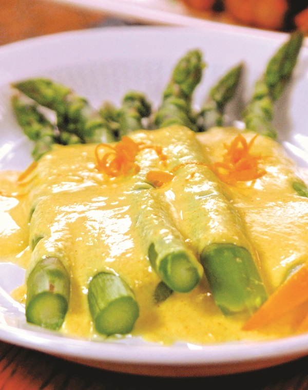 Asparagus with Vegan Hollandaise Sauce (a dairy-free recipe)