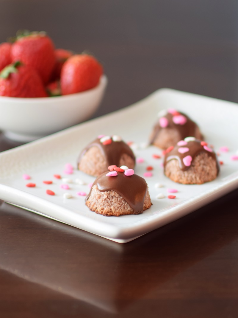 Strawberry Macaroons - Paleo, Vegan, Raw and Chocolate-Covered Variations (so easy and amaziing!)